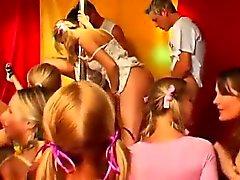 blond pipe brunette cfnm sexe en groupe