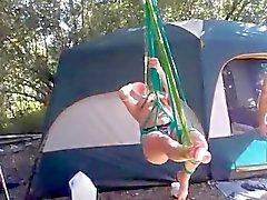 feminino com crianças provocá striptease ao ar livre