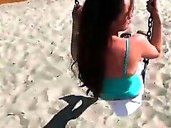 amateur brunette branlette de plein air public