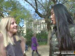 lesbisk blondin brunett offentlig