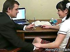kindje brunette hardcore ouder schoolmeisje