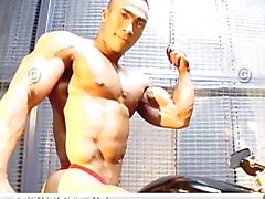 bodybuilder posiert muscleworship solo male