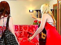 sarışın esmer girl on girl öpme lezbiyen