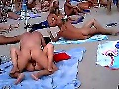 amateur strand knipperende publieke naaktheid