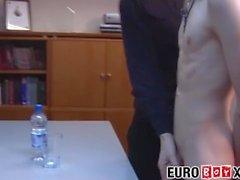 a arão aurora euroboyxx twink jovem euro homens grandes pau grande galo escritório ejaculação trio bareback