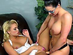 büyük göğüsler sarışın esmer lezbiyen kadın iç çamaşırı