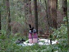 Трансик трахает свою попку в лесу