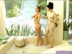 brunetta lesbica leccare