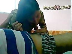 casal adolescente indiano beijando romântico