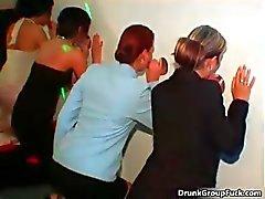 dilettante pompino ubriaco gangbang sesso di gruppo