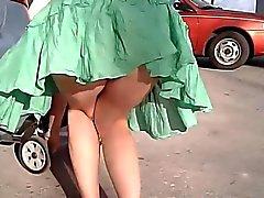 El aire le levanta su vestido buenas nalgas