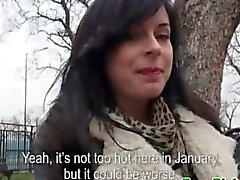 adolescente morena europeo al aire libre posando