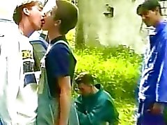 homossexual beijando ao ar livre