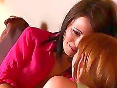 fille sur la fille baiser lesbienne