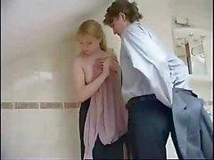 badkamer blond creampie klaarkomen doggystyle