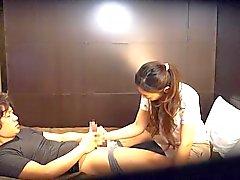 couple masturbation brunette asiatique baiser