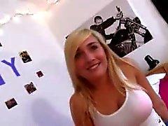 kindje blond pijpbeurt brunette college meisje