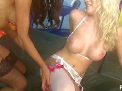 modelos brit escuro garota de cabelos entrevista menina fishnets lingerie falso tits piercings comer tatuagens fora gemendo sextoys