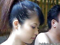 fille solo aux cheveux noirs asiatique public