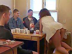 Moden Kvinde & 6 Unge Fyre - 4 (Danish Title)