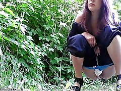solista ragazza peeing pubblico toilette feticcio