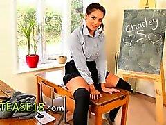 kindje brunette schoolmeisje
