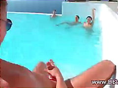 grupo de tres tres 3some piscina
