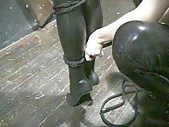 esclavage bottes brunette