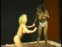 dilettante grandi tette biondo interracial lesbica