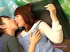 asiatisch lesben küssen