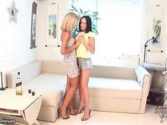 blondi ruskeaverikkö lesbo teini-ikäinen lelut