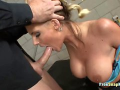 stora bröst blondin doggystyle hardcore