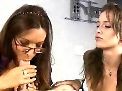 Hj loving cougar showing teen how to tug