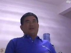 velho velho homem asiático mais velho macho pai na webcam solo