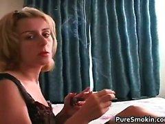 bebé rubia fetiche de fumar