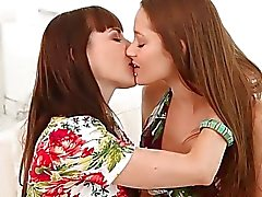 morena facesitting chica con chica besos lesbiana