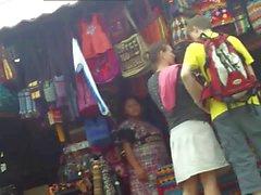 Upskirt na feira com o marido do lado