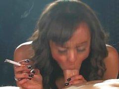 las grandes senos del negro de fumar ébano