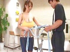 большие сиськи гимнастический зал японский