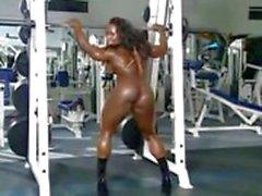 menina de solo ébano ginásio muscular