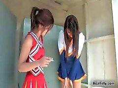 brunette cheerleader dildo lesbisch lesbische tiener