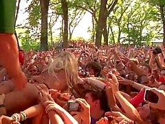 celebridades piscando nudez em público