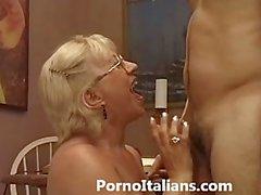 Italian mature blowjob - italiana matura fa pompino a ragazzo eccitato