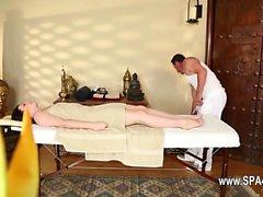 bebê morena massagem